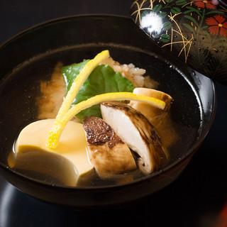 四季折々の食材と真摯に向き合い、仕立てる「水の料理」