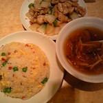 龍門新館 - 麺飯セット( チャーハン、フカヒレスープ、鶏肉とカシューナッツ炒め、杏仁豆腐付き)850円