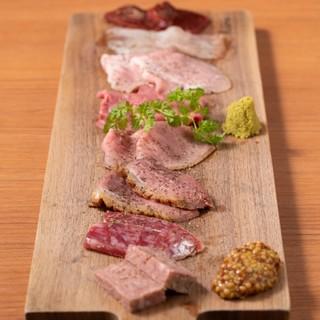 肉盛り四種1,200円~様々な肉を調理、加工した肉の前菜盛り