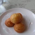 ラ・ベルヴィ - 席についたら、最初に提供されたお菓子は、出来立てあつあつ。