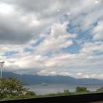 ラ・ベルヴィ - 窓から琵琶湖、比良山系が眺められます。うみのこ(船)も見えました。