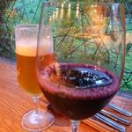 凹Bacio - ドリンク写真:葡萄ジュースあっさりしていて食事にあう。後ろは生ビール