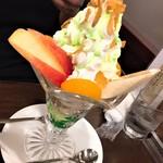 マドンナー - フルーツパフェ(750円)