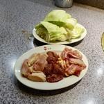 鳥 - 料理写真:[2019/08]焼きもの三点盛り(もも・きも・ひね)+生ビール1杯(1450円)