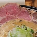 極麺 青二犀 - 「鶏しょうゆらーめん」の豚肩ロースのレアチャチャーシュー
