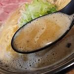 極麺 青二犀 - 「鶏しょうゆらーめん」のスープのアップ