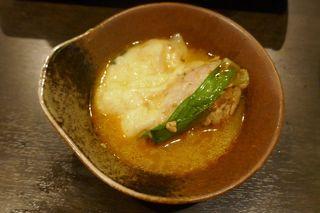 和×チーズDining ICHIRIN  - 小皿に移して「ラクレットチーズのとろ~り火鍋」を食べてみると、ピリ辛なスープにキムチを挟んだ豚肉、ミルキーでとろけるチーズが馴染んで中々のウマさ!