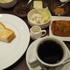 ベルベット - 料理写真:トーストセット380円とアプリコット紅茶のデニッシュ200円。