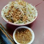 ラーメン荘 おもしろい方へ - 野菜マシマシ(別丼)、脂マシマシ(別皿)