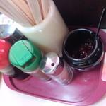 なしか!ラーメン - 卓上には辛子味噌、コショウが置いてあり、店内喫煙可でした。