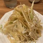 Yokohamaramenouka - 別皿ねぎ。ピリ辛でライスに合いそう。