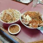 ラーメン荘 おもしろい方へ - 豚Wラーメン(汁無し)+チーズ、野菜マシマシ(別丼)、脂マシマシ