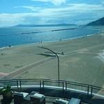 ノースショア カフェ&ダイニング - シーズン終了後の須磨海水浴場。遠く淡路島や明石海峡大橋。