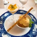 Yokohamamotomachimutekirou - ④桃のコンポートとそのコンフィチュール合え 蜂蜜のアイスクリームを乗せて マンゴのババロア仕立て ライチのクリームソースと共に