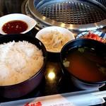 焼肉レストランカルネ - たっぷりのご飯と味噌汁