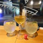 BAR ピッコロ ドゥエ - 特製レモンサワー¥650  グラスワイン¥600