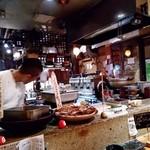びぃすとろ 汁べゑ - カウンター席から厨房を望む