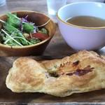 スイートバジル - ピザ?と野菜サラダとスープ