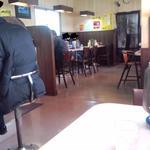 なしか!ラーメン - 店内はカウンターとテーブル席の構成で、無難な内装。
