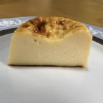115106640 - バスクチーズケーキ 1人様用、カット。