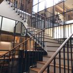 ブノワ - 螺旋階段を上るとダイニング