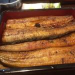 橋本食堂 - 付け合わせのウリとシソの漬物でリセットしながら、久しぶりの鰻重をいざ!