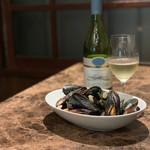 銀座で生牡蠣が美味しい専門店 牡蠣Bar - ムール貝の白ワイン蒸し