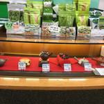 茶の君野園 - 店内では各種日本茶のほかお茶菓子や茶器も販売