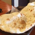 ネパール インド料理店 シーマ - プレーンナン。おかわり自由