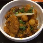 ネパール インド料理店 シーマ - 日替りカレー。ひよこ豆と鶏肉だんごとキノコのドライカレー