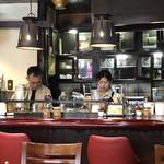 珈琲の店 Paris COFFEE - スタッフさんが生クリームを絞ってます