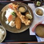 115129896 - 越路浜定食。超特大海老フライ、カニクリームコロッケ、白身フライ