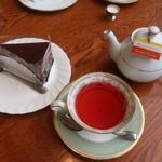 フィリップス ガーデン カフェ  - チョコレートケーキとハーブ&フレーバーティー