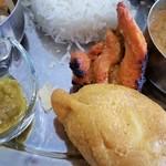 インディアンスパイスファクトリー - 副菜2種。チキンティカと、ゆで玉子を豆の粉でフライにしたもの。前方左側は青唐辛子のピクルス。