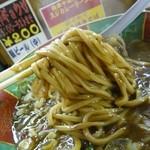 麺屋 高井田 - 激辛スジカレーラーメン(麺持ち上げ)