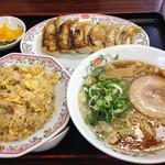 餃子の王将 - 料理写真:超人気コンビ(ラーメン・焼き飯・餃子・漬物)924円