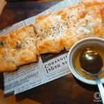 全席個室 ウメ子の家 - ゴルゴンゾーラとハチミツのピザ。 ビスケット生地のようなピザ生地がサクサクしてお菓子感覚で食べれる(*´∀`)