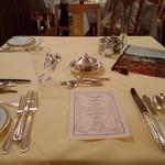 日光金谷ホテル - 夕食  よく見たら 白ではなく クリーム色の テーブルクロスでした