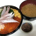 115168994 - かわしま丼(旬の魚は八角)とお味噌汁といかの塩辛