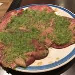 和牛焼肉 漢江 - お特盛りのたん塩(数枚焼かれた後)