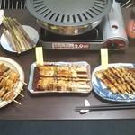 ハセガワストア - 他のやきとり・函館ガラビー・手製サラダを並べて酒盛りの準備