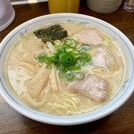 岡本中華 - 見た目、脂分多いが意外とあっさりなスープ。豚骨⁈由来の癖はある。