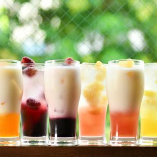季節の銘酒や果実のサワーなど、多彩なドリンクを自慢の餃子と