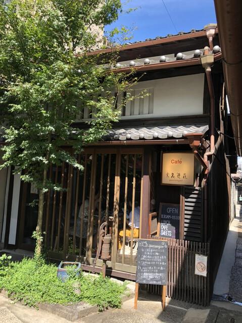 カフェ 火裏蓮花 - 路地の突き当たりにひっそりと佇む小さなカフェ。