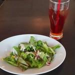 Trattoria&Pizzeria LOGIC - セットサラダとアイスティー(*´>ω<`*)