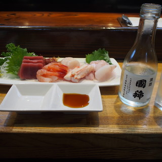 寿司のまつくら - 料理写真:刺身盛り合わせ & 冷酒(国稀)