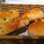 小林食堂 - 温かいパンは、オリーブオイル付