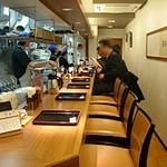 讃岐うどん薫 - L字型のカウンター席だけですが、和食店のような落ち着いた雰囲気です