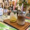 レインボーカフェ - ドリンク写真:左自家製レモンソーダ(300円) 右カフェオレアイス(400円)