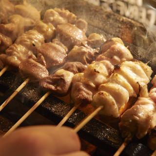 自家製のタレが絶品◎炭火で焼き上げる鶏肉&豚肉の串焼き